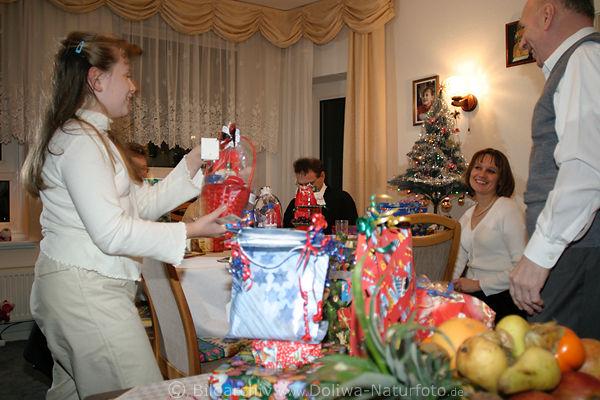 weihnachten in familie foto heiligabend geschenke. Black Bedroom Furniture Sets. Home Design Ideas