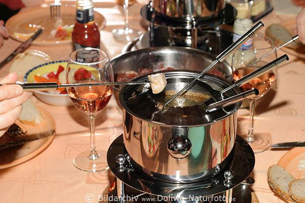 fondue foto festliches essen im topf mit siedendem l. Black Bedroom Furniture Sets. Home Design Ideas