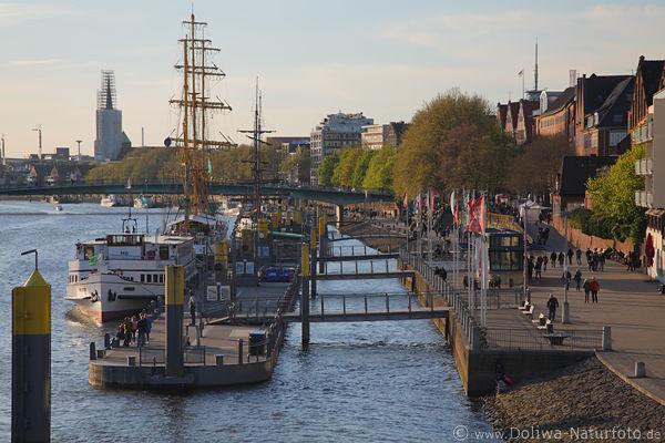 Bremen Fotografie weser martinianleger schiffe landungsbrücken bremer hafen flussufer foto