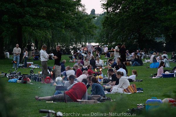 Alsterwiese voll Hamburger Familien Picknick Treffen in ...