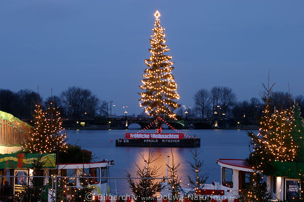 weihnachtsbaum in alsterwasser foto tannenbaum lichter in hamburg d mmerung vor lombardsbr cke. Black Bedroom Furniture Sets. Home Design Ideas