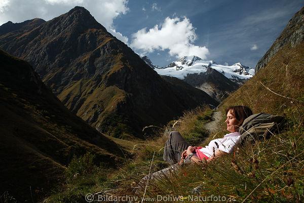frau liegen am bergpfad  u00fcber schlucht naturbilder berge