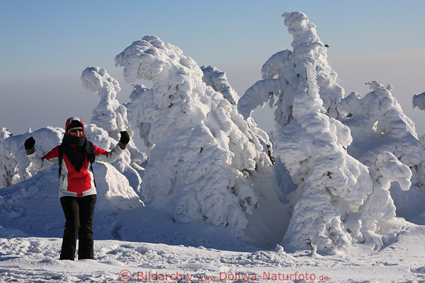 Mädchen im Skianzug, lustiger Vergleich in frostigen Natur