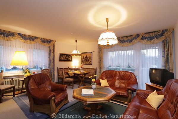 wohnzimmer werbefotografie rustikal gem tlichkeit in lampenlicht sitzecke ledergarnitur