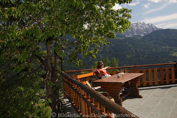 gasthof edelweiss foto gnoppnitzer alpenurlaub mit gipfelblick frau an terrasse eckbank unter baum. Black Bedroom Furniture Sets. Home Design Ideas