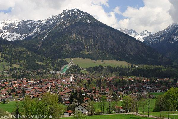oberstdorf bergstadt mit skischanzen foto am nebelhorn fu allg uer stadtpanorama an alpen berg. Black Bedroom Furniture Sets. Home Design Ideas