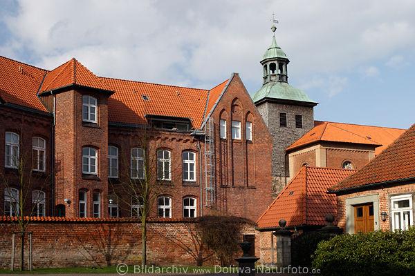 Kloster Walsrode Innenhof Rote Mauer Mit Kirchturm Bild