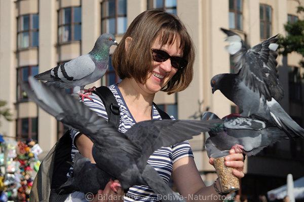 frau f ttert herumfliegende tauben tourist with pigeons. Black Bedroom Furniture Sets. Home Design Ideas