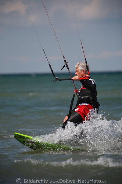 kitesurfer bild auf brett ber wasser gleiten kite surfing foto. Black Bedroom Furniture Sets. Home Design Ideas